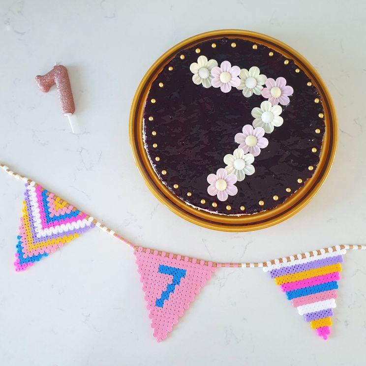 Vlaggetjes slinger van strijkkralen en recept voor verjaardagstaart om te knutselen met bloemen
