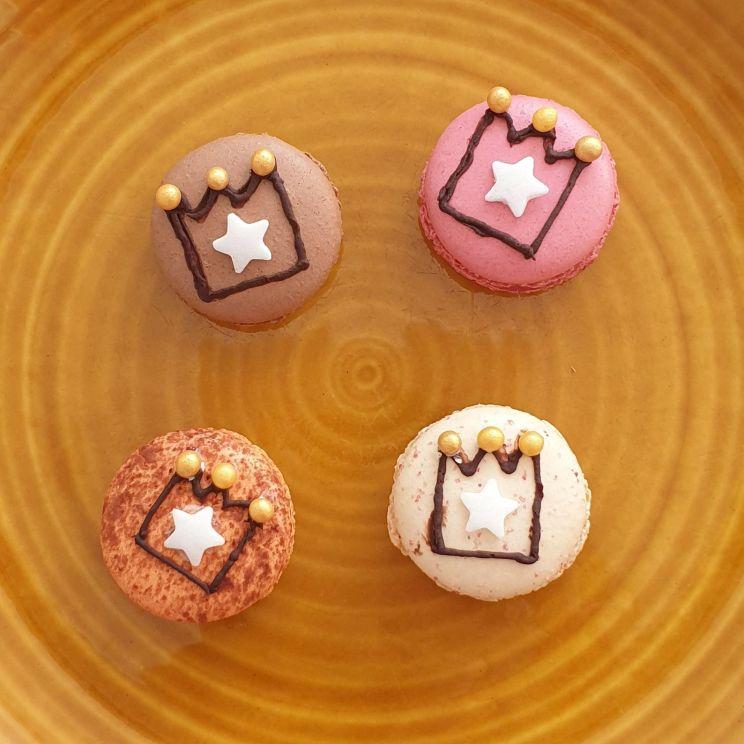 Oranje recepten voor Koningsdag - hartige en zoete ideeën voor kinderen - macarons met kroontje