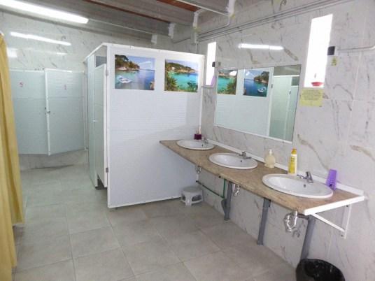 Waschraum mit Duschen und Toiletten