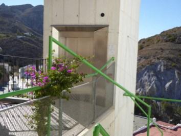 Ein Aufzug oberhalb des Ortes