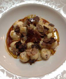 Gnocchis de pomme de terre à la crème de truffe, jus de lapin et râpé de truffe Tuber Brumale