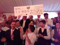 René Bérard brandissant fièrement les 15960 euros remis aux Restos!