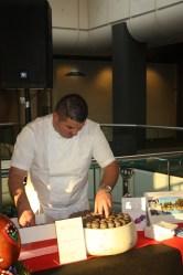 Serge Abalain, pâtissier à l'Hotel du Castellet, et ses macarons truffés