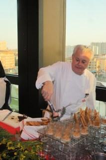 Jany Gleize, préparant son risotto d'épeautre à l'agneau de Sisteron, en feuilles d'algues
