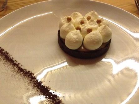 En dessert, tarte onctueuse à la châtaigne, ganache montée chocolat blanc