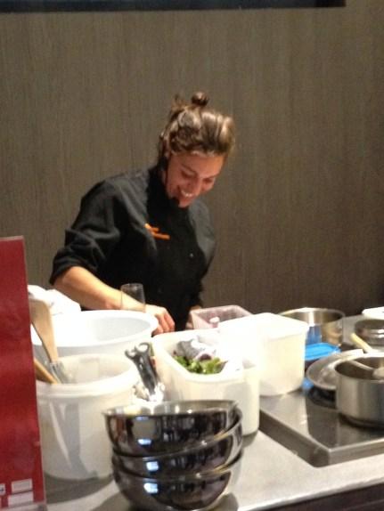 Virginie en cooking démo à Marseille lors du Gault & Millau Tour 2014.