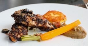 En plat, Filet de volaille en croûte d'olives noires et anchoix, purée d'olives noires