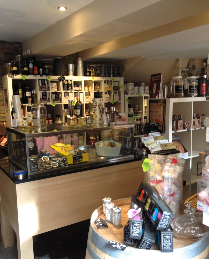 Une épicerie fine où l'on trouve une sélection de vins et produits raffinés