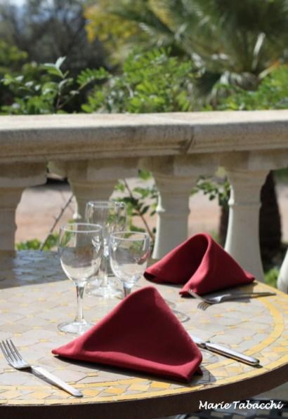 En extérieur, un déjeuner face aux vignes