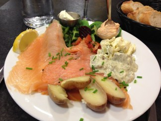 Olsen Butok, Fréjus. La suggestion du jour : saumon fumé Bio, harengs sauce aneth, tarama de corail d'oursins