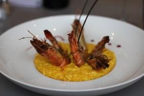 Risotto safrané et parmesan, gambas rôties à l'anis marseillais