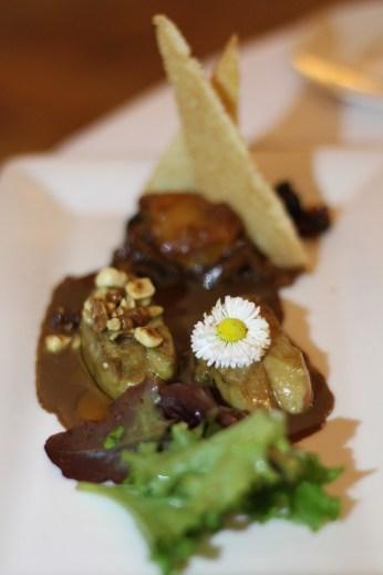 Foie gras pôélé aux noisettes, pignons, noix, chutney abricot-pruneaux
