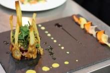 Tartare de saumon sauvage aux pois chiches et betterave, chips de légumes d'hiver