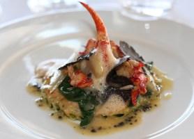 Le homard, sur un lit de zitone farci d'une royale d'épinard, crème de crustacés réduite, blettes truffées