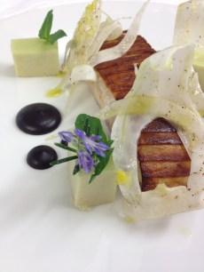 Pagre à points bleus en croûte de gratte, pâte d'olives, fenouil, parmesan
