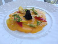 Carpaccio de langoustines, vinaigrette de mangue, Caviar et asperges