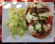 La tartine tomate, mozza, jambon cru, basilic