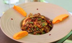 Wok d'aiguillettes de filet de poulet et petits légumes relevés au saté