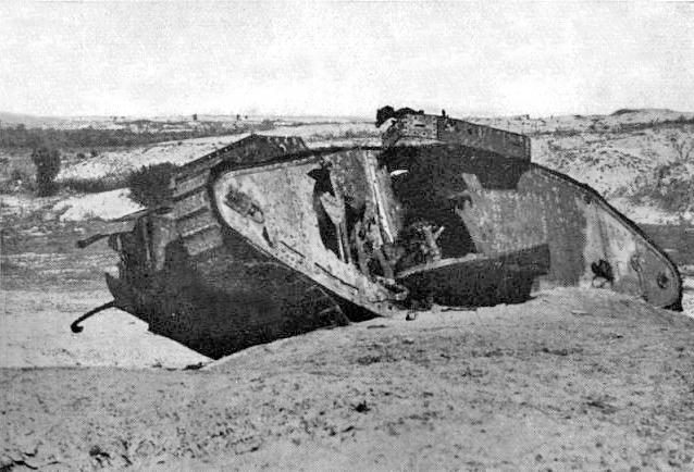 Osmanlı topçusunun Gazze'de top atışıyla savaş dışı bıraktığı Mark IV tankı.