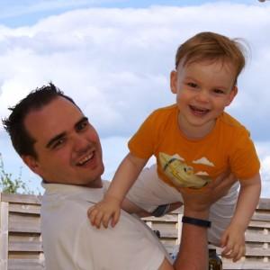 Foto van mij, een clusterhoofdpijnpatiënt, met mijn zoontje.