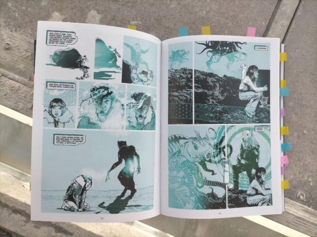 exemple double page 1 : style graphique collage dans les tons bleus avec fort contraste noir et blanc