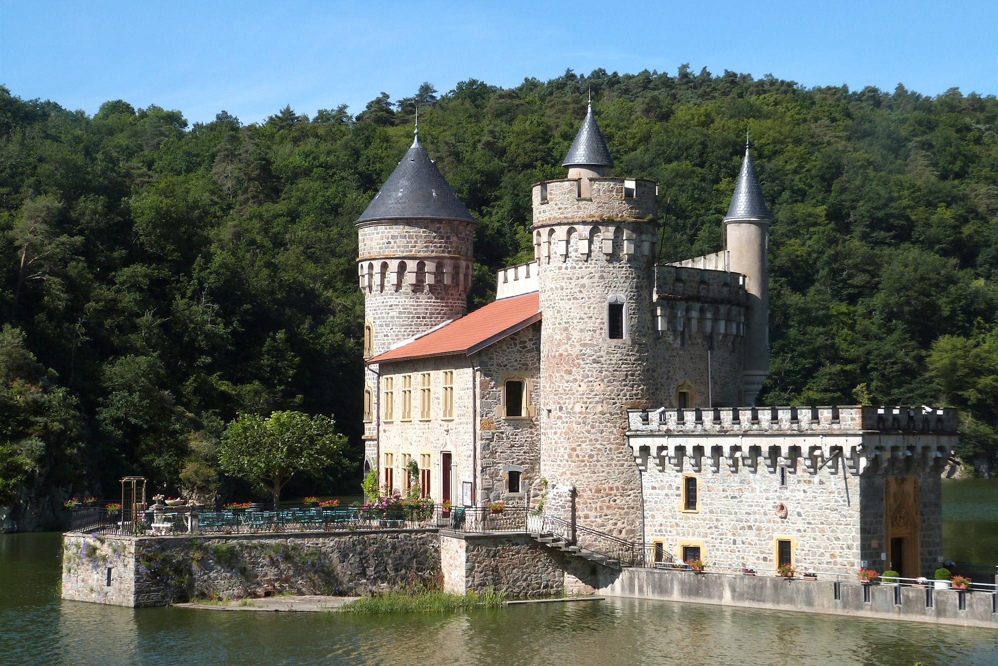 Château de la Roche sur le lac de Villerest, il est aujourd'hui sur une île créée par la mise en eau du lac après le barrage de Villerest.