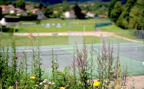 Court de tennis et aire de loisirs en contrebas du village de Saint-Just-en-Chevalet