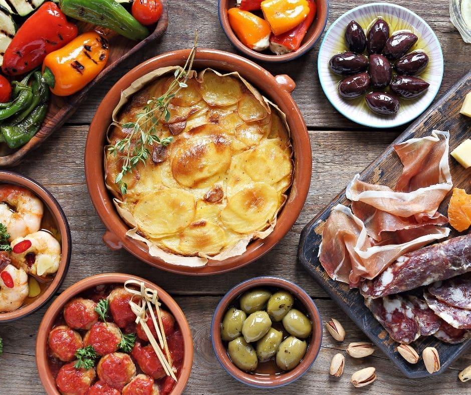 Tapas espagnol Tortilla, Poivron grillé, olives et jambon ibérique