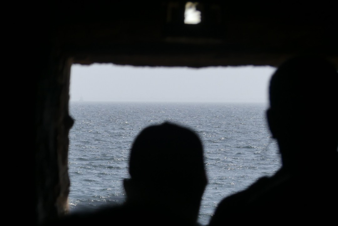 silhouettes se dirigeant vers la porte de non retour de la maison des esclaves