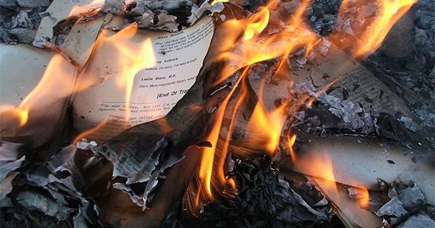 Piton: il brûle les livres de sa fille après une dispute avec sa femme