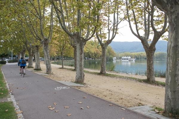 Banyoles amplia l'espai de vianants i bicicletes al front d'Estany