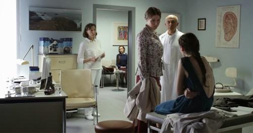 Lors d'une visite médicale , le médecin découvre la sous-alimentation de sa patiente, et ses problèmes psychologiques dus au harcèlement de ses camarades