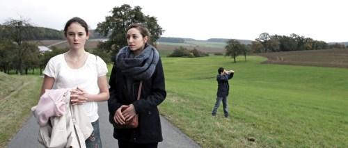 Maria avec Bernadette ( Lucie Aron) la fille au paire de la maison, sa confidente...