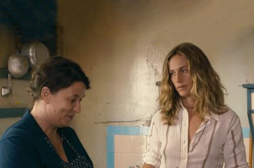 Carole avec la mère de son amoureuse, Monique qui pressent mais ne dit encore rien
