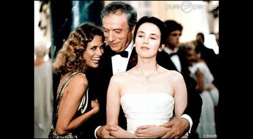 Entre sa nouvelle compagne (Lauren Hutton) et sa fille aînée, l'homme triomphe...
