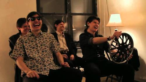 Ils s'amusaient beaucoup entre eux dans l'une des pièces de l'appartement