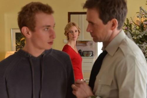 Un père militaire, trop souvent absent ( Alexis Loret ) perturbe son garçon