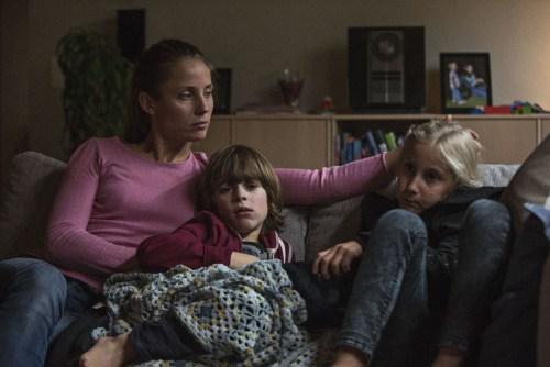 Maria Pedersen (Tova Novotny) une mère , une épouse qui elle aussi doit mener un combat quotidien...