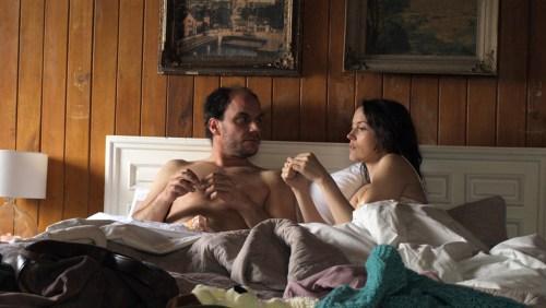 Avec son amant du jour, Sofia tente de découvrir qui est vraiment son père...