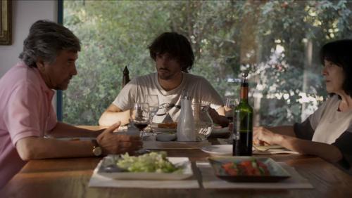 Vicente ( Agustín Silva) entre l'oncle Julio ( Alejandro Goic) et sa mère (