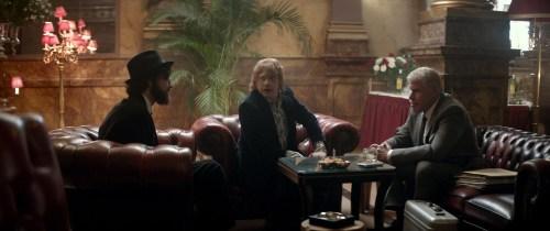 Comme Jonny a besoin d'argent pour faire tourner son groupe de rock, il présente un faux Kubrick...