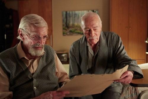 Deux vieux amis en maison de retraite préparent une marche vers un passé douloureux