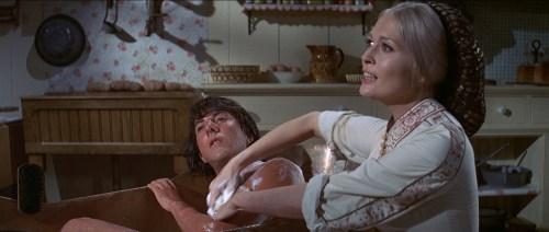 Scène mythique, Faye Denaway, femme de pasteur passe au gant de crin notre héros encore puceau.