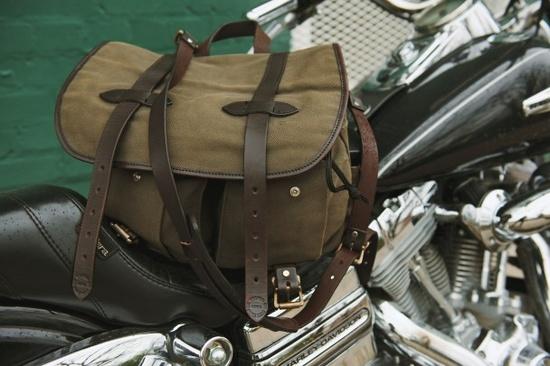 Briefcase Filson sur une moto