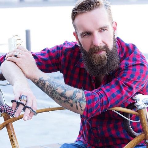Peigne et accessoires pour la barbe et moustache