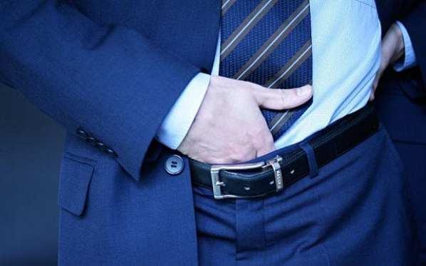 Main dans le pantalon: pas très classe