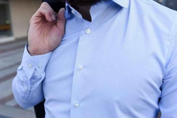 Chemise habillées GIOTHO: modèle Mash bleu ciel / poignets arrondis / Col cutaway boutonné sous patte / Motif rayures bleu ciel