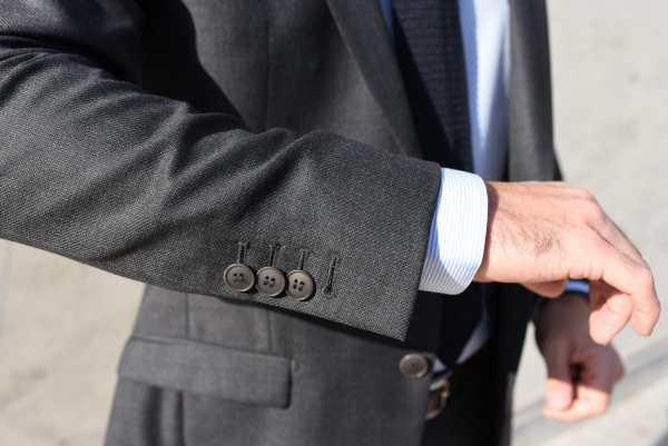 Détail du costume sur-mesure Faubourg Saint Sulpice : Veste à boutons corozo