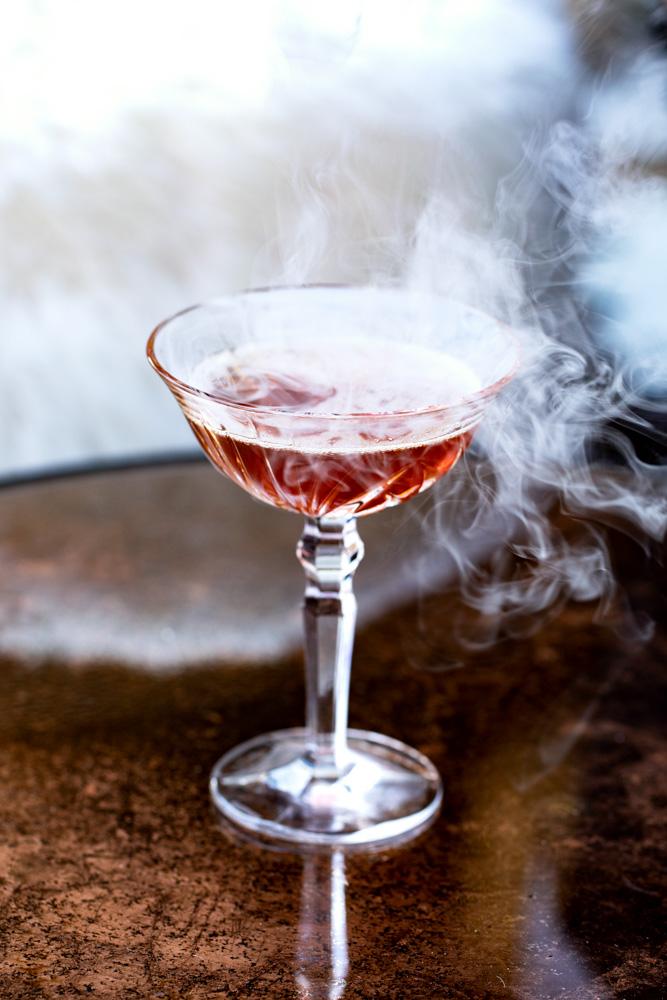 Déguster un cocktail au bar de l'hôtel Cœur de Megève