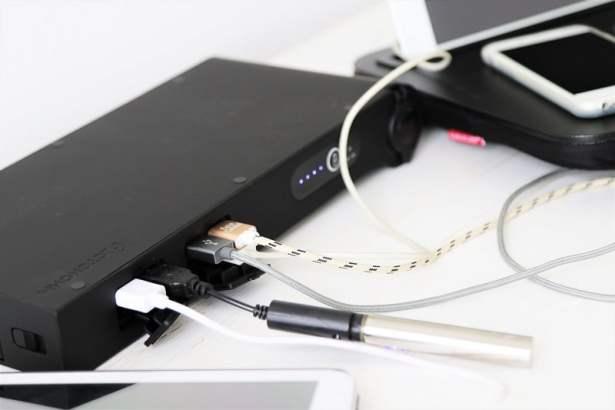 La station de charge USB à emporter d'OTONOHM avec 8 ports USB et une prise allume-cigare pour brancher le PC